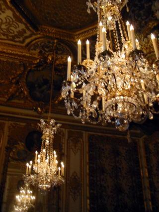 戴冠の間へ行く 平和の間~王妃の寝室~貴族の間~会食の間へ 鏡の間の南にある平和の間は ルイ15